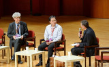ゲノム編集で双子を誕生させたと主張する中国南方科技大学の賀建奎准教授(中)は28日香港の国際会議に出席した(宋碧龍/大紀元)