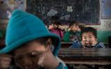 2016年12月、安徽省の貧困地域で学校に通う子供たち(Kevin Frayer/Getty Images)