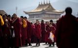 トランプ米大統領は、中国当局による米高官などのチベット立ち入り制限に対抗する「チベット相互入国法」に署名し、法案が成立した。写真は2018年3月1日、青海省黄南チベット族自治州にある隆務寺の僧侶 (JOHANNES  EISELE/AFP/Getty Images)