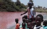 ガンビア川の支川が赤く染まる。2017年11月公開(フェイスブックのグループStop Golden Lead Factory exploiting the Gambiaより)
