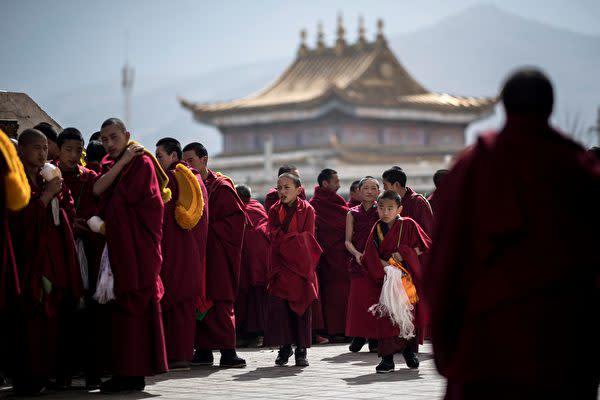 米上院外交委員会はこのほど、中国側が米高官などのチベット立ち入り禁止への対抗策として「チベット相互入国法」を通過させた。写真は2018年3月1日、青海省黄南チベット族自治州にある隆務寺の僧侶(JOHANNES EISELE/AFP/Getty Images)