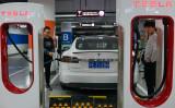 2017年10月、上海にある電気自動車充電器で車両を充電する利用者。 参考写真(CHANDAN KHANNA/AFP/Getty Images)