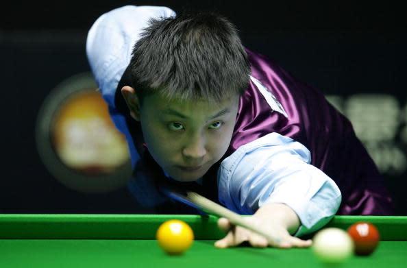2006年北京で開かれた中国スヌーカーオープンで試合に臨む于徳陸選手(Guang Niu/Getty Images)