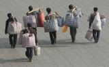 中国当局は11月9日、740万人の農民工が「起業のために地元に戻った」と発表した。写真は南京市で地元に戻る農民工の様子(大紀元資料室)