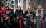 中国当局に拘束されている人権弁護士、王全璋氏の妻ら4人は17日北京の公園で、当局による王弁護士の長期拘束に抗議して、髪の毛をそり落とした(FRED DUFOUR/AFP/Getty Images)