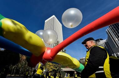 11月27日スペインのマドリードにあるグーグル社屋の前で、検閲システム導入の検索エンジン開発に反対する活動家たち(OSCAR DEL POZO/AFP/Getty Images)