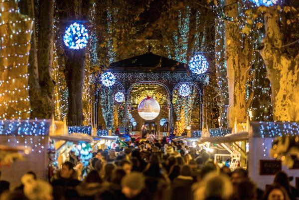 クリスマスの電飾で飾られたザグレブのズリニェヴァツ広場(Julien Duval/Zagreb Tourist Board)