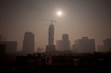 中国著名経済学者の余永定氏はこのほど、「現在最も危険なのは、経済成長の伸びが相当安定したペースで鈍化していることだ」と述べた(Ed Jones/AFP/Getty Images)