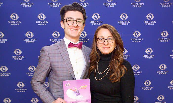 インテリアデザイン企業を運営するイバーナ・フルミニスさんは、同じ芸術に関心の高い甥と共に1月3日、カナダのモントリオールの芸術劇場で神韻を鑑賞(NTD Television)