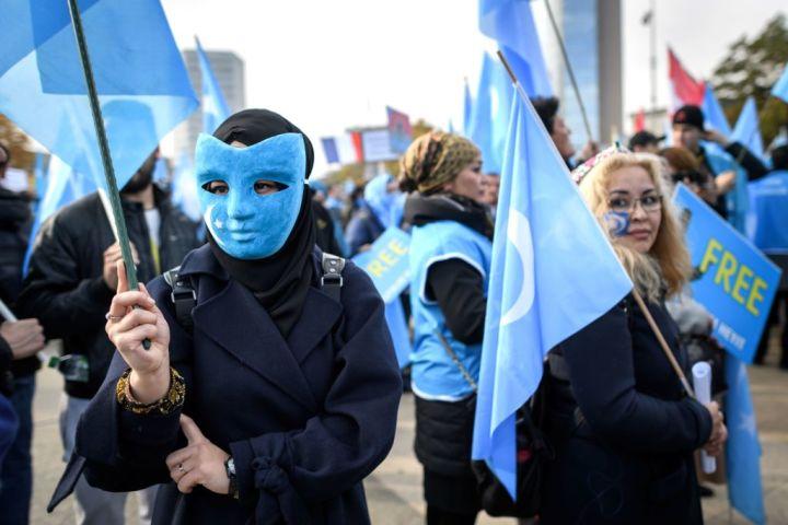 2018年10月、スイスのジュネ―ブで国連人権理事会が開かれた。会場周辺で、中国共産党政府による弾圧に抗議活動を行うウイグル族(FABRICE COFFRINI/AFP/Getty Images)