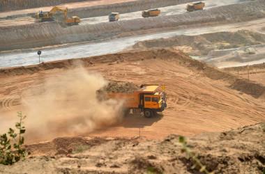 2018年8月、パキスタン北部の開発地域で石炭を運ぶ車両(IZWAN TABASSUM/AFP/Getty Images)