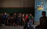 2016年9月、新疆ウイグル自治区トルパンでテレビを見る子供たち、参考写真(Kevin Frayer/Getty Images)