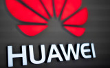 2018年8月、北京のファーウェイ(華為科技、HUAWEI)店舗のディスプレイ(FRED DUFOUR/AFP/Getty Images)