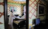出産を控える妊婦とベッドを整える看護師。2012年北京で撮影参考写真(WANG ZHAO/AFP/Getty Images)