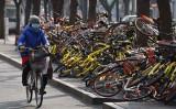 中国当局は21日、2018年国内総生産(GDP)成長率が6.6%と発表した。28年ぶりの低水準。写真は中国国内の道路に放置された自転車シェアリング用の自転車(Getty Images)