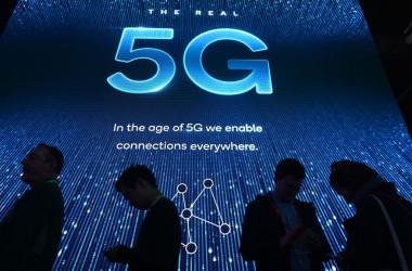 米国政府は、米で使用される次世代通信規格5Gの関連機器が、中国以外で設計および製造されることを義務付ける案を検討しているという(DAVID MCNEW/AFP/Getty Images)