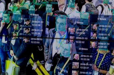2019年1月、ロサンゼルスで開かれた技術展示会。大容量高速通信を可能にする5G網インフラが整えば、AIを駆使した顔認証システムが普及する(DAVID MCNEW/AFP/Getty Images)