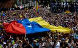 南米ベネズエラでは23日、大規模な反体制デモが起き、野党指導者であるフアン・グアイド国会議長が暫定大統領を宣言した(FEDERICO PARRA/AFP/Getty Images)