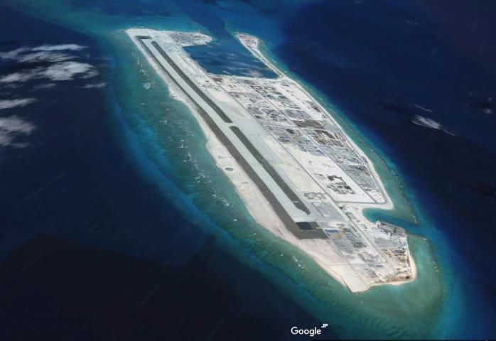 中国当局により埋め立てられ人工島となったファイアリー・クロス礁は、中国の軍事施設が揃う(Google Earth)