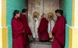 2018年2月26日、青海省トンレンにある寺院で太陰暦新年を祝うために飾り付けられたチベット寺院。その扉付近に立つ子供僧侶(JOHANNES EISELE/AFP/Getty Images)