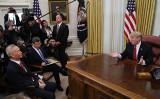 トランプ米大統領は31日、ホワイトハウスの大統領執務室で中国の劉鶴副首相が率いる代表団と会談した(Photo by Mark Wilson/Getty Images)