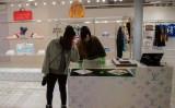 2019年1月、北京の高級ブランド店で製品を眺める若い女性 (Nicolas Asfouri/AFP/Getty Images)