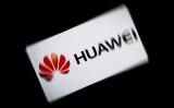 2019年2月5日、中国通信大手ファーウェイ(華為科技、HUAWEI)がディスプレイに表示されたスマートフォン(LIONEL BONAVENTURE/AFP/Getty Images)