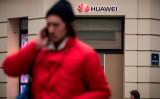 2019年2月5日、パリのファーウェイ店舗前で通話する男性(LIONEL BONAVENTURE/AFP/Getty Images)