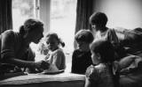 1955年、保育士が子供に絵本を読み聞かせしている(Bert Hardy/Picture Post/Getty Images)