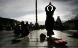 2006年、チベット自治区ラサで祈る人々(Paula Bronstein/Getty Images)
