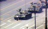 戦車の行く手を遮る「戦車男」王維林 (ネット写真)