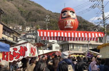 高さが4.3m、胴回りが3.5m、重さは180kgもある神明市名物の大ダルマ(正恵)