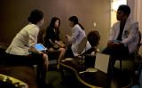 2013年、中国北京から来た整形手術を望む女性、韓国の医師が問診している。ソウルで撮影(Ed Jones/AFP/Getty Images)