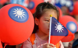台湾台北で2018年11月、選挙活動のなかにいる少女(CHRIS STOWERS/AFP/Getty Images)