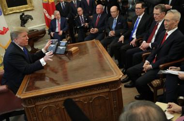 トランプ米大統領は2月22日、ホワイトハウスで中国の劉鶴・副首相が率いる代表団と会談した(Alex Wong/Getty Images)