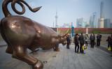 中国の株式市場は2月に入って以来、主要株価指数である上海総合と深セン成分指数が急上昇し強気相場に入った。専門家は中国当局による官製相場について警告した(JOHANNES EISELE/AFP/Getty Images)