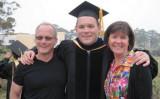 機械工学博士号を修得したシェーン・トッド(Shane Todd)さんと両親との卒業式写真(トッド家から大紀元に提供)