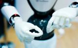 スペインのバルセロナで2月26日、技術展示会が開かれた。針の穴に糸を通そうとするロボット。参考写真(PAU BARRENA/AFP/Getty Images)