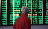 中国政府系メディアはこのほど、7つの評論記事を掲載し、国内株式市場の急騰を警告した。写真は2018年6月19日撮影。中国杭州市の証券会社の様子(VCG/Getty Images)