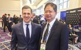 米国会議員Jim Banks氏(左)と大紀元総裁唐忠氏(右)(大紀元)