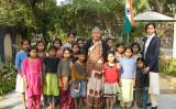 子どもたちと一緒ににるロジニ・アガーワさん(Manisha MandirのHPより)
