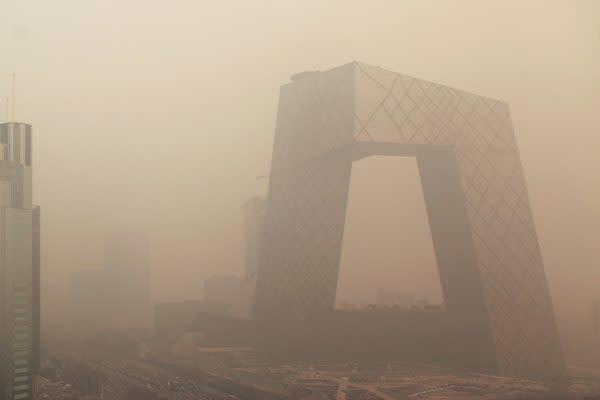 スモッグ発生で、見えにくくなった中国北京市にある国営CCTV本社ビル(Ed Jones/AFP/Getty Images)