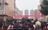 中国四川省にある成都七中実験学校の小学部の保護者らは13日、同校の食堂は、使用期限が切れて腐った食材やカビが生えた食材を使っているとして大規模な抗議デモを行った(スクリーンショット)