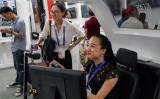 上海で2018年9月に開かれた技術展示会で、AI自動運転に試乗する女性(STR/AFP/Getty Images)