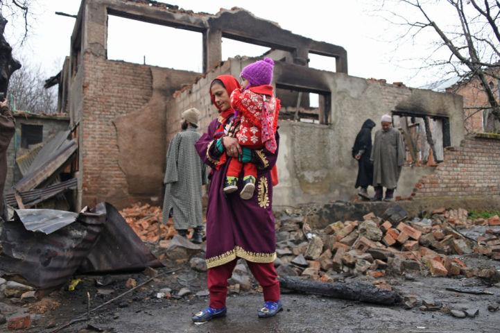 インドとパキスタンによる武力衝突により破壊されたカシミール地方の建物(TAUSEEF MUSTAFA/AFP/Getty Images)