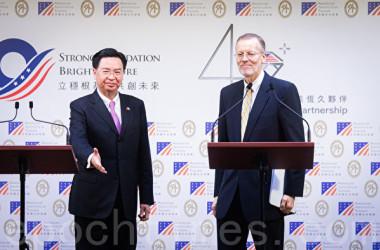 台湾の呉釗燮・外交部長(左)と米国在台湾協会(AIT)台北事務所のウィリアム・ブレント・クリステンセン所長(右)は19日開かれた共同記者会見で、台米対話メカニズム「インド太平洋民主的ガバナンス協議」の設立を発表した(陳柏州/大紀元)