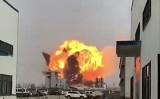 江蘇省塩城市で3月21日午後2時頃、化学工場が爆発し、周辺住民に被害が及んだ(住民撮影の動画の静止画)