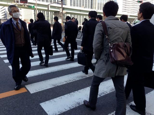 東京の街で行き交うサラリーマン。(pixabay)