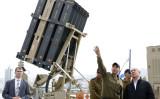 イスラエルのベンジャミン・ネタヤネフ大統領は2月、軍事施設を視察した。背景には、イスラエル軍事企業が開発した地対空迎撃ミサイルシステム「アイロン・ドーム」(JACK GUEZ/AFP/Getty Images)