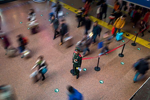 写真は中国の北京西駅(FRED DUFOUR/Getty Images)